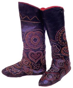Наиболее древним видом обуви у татар были кожаные сапоги и туфли.